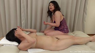 Chubby Japanese mature gets her pussy pleasured unconnected with Mizuno Yoshie